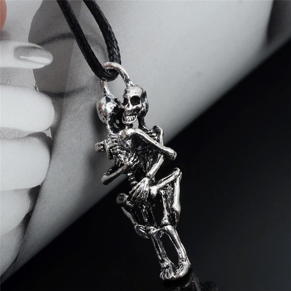 Punk Skull Hug Pendants Necklace 2018 High Quality Unisex Silver Plated Necklace Infinity Love Couple Skulls Hug Chain Pendant Necklaces