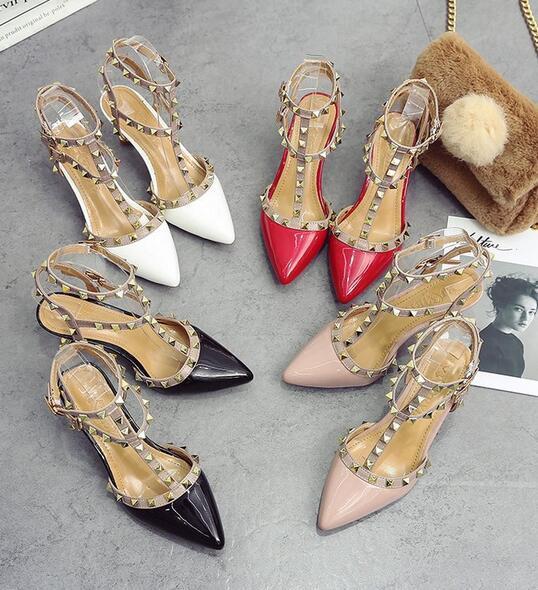 Nueva moda salvaje sexy sandalias remache Sra. Espacio vacío T-foot palabra palabra hebilla gatos finos y sandalias baotou con zapatos de boda