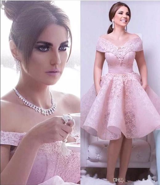 wholesalefactory / 2018 árabe Lace rosa A linha Cocktail Dresses Off The Shoulder Lace Applique ruched na altura do joelho curto partido vestidos de baile de formatura