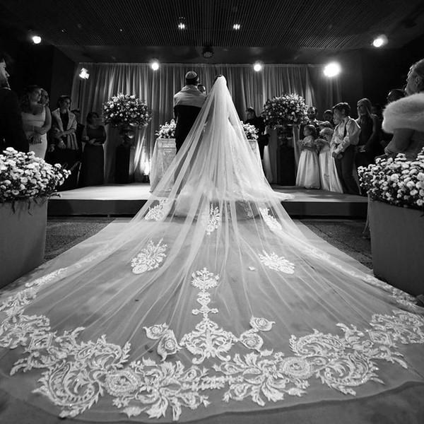 Gorgeous One Layer Wedding Veils Lace Appliqued Crystal Long Cathedral Length Veils Custom Made Tulle Bridal Veil With Comb