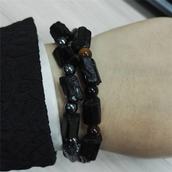 Tourmaline noire rugueuse crue de Natutal avec des breloques en métal de Hamsa d'oeil de tigre d'oeil de tigre brun d'onyx rond d'onyx