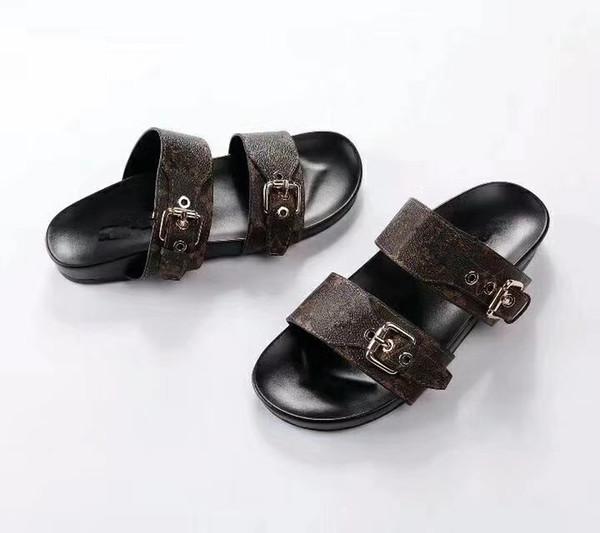 Les hommes et les femmes portaient des pantoufles à la mode pendant l'été chaud de 2018, tandis que les filles se produisaient en solo 35-46 fois sur la plage en sandales