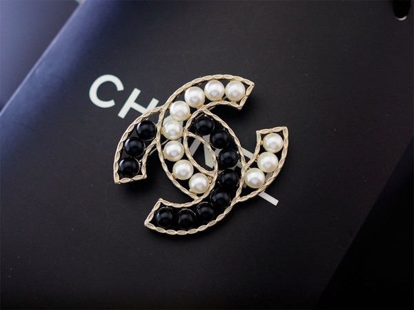 Factory Sell Quality Celebrity Design Letter Pearl Diamond Brooch Fashion Letter Five-pointed Star Metal Buckle Brooch With Box