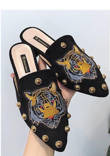 Nuove pantofole stile Baotou retrò, scarpe Muller con punta a punta, suole piatte da donna, rivetti in oro a mezza resistenza, scarpe da donna ricamate