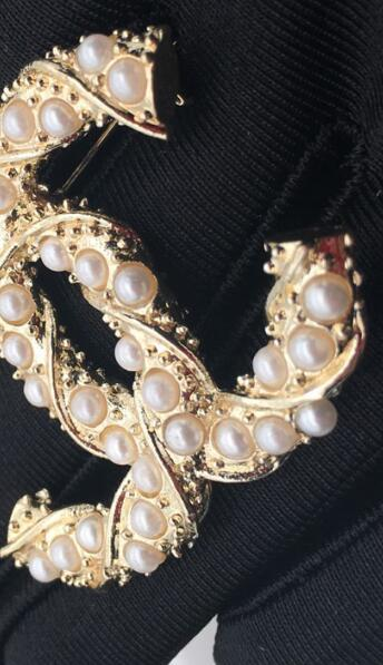 New quality designer winding pearl letter brooch ladies suit wedding jewelry gift fashion accessories