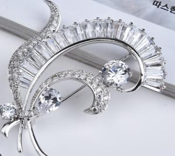 Luxury and Elegant Korean Version of High - grade Crystal Zircon Brooch Temperament Brooch Simple and Creative Accessories