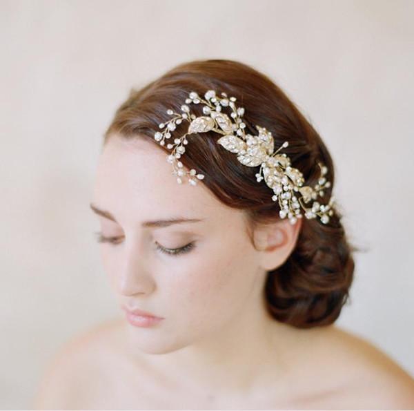 Ornements de feuilles d'or baroques, robes de mariée, coiffures faites à la main de mariée