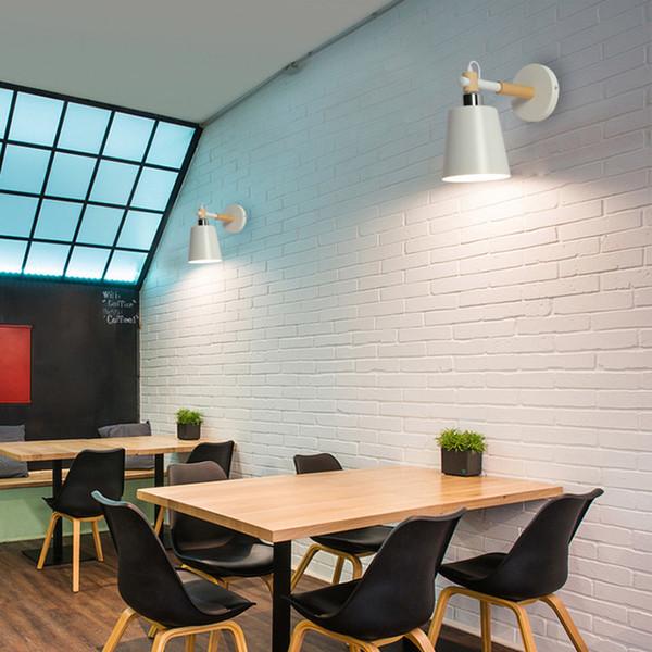 Moderna lampada da parete in stile nordico con paralume in ferro verniciato e interruttore a parete in legno con presa a muro
