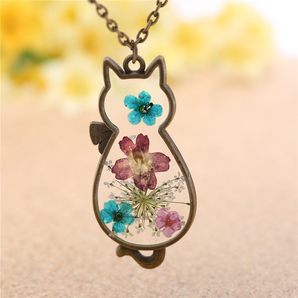 Hot style accessories with a stylish cat pendant is a gift for women with a fresh, natural, dried flower necklace