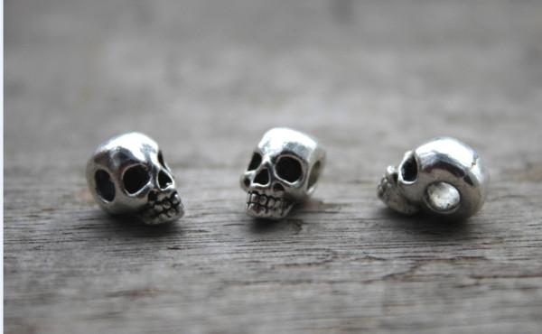 15pcs / lot - Perles de crâne, Pendentif avec breloque perle de crâne en argent antique tibétaine, Jour des morts 15x9X8mm
