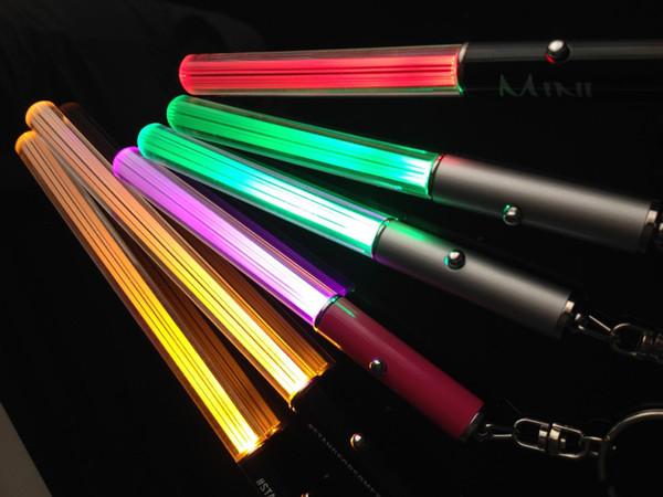 Venta al por mayor LED llavero Stick linterna Mini antorcha de aluminio llavero llavero Durable Glow Pen Magic varita varita sable de luz LED Stick