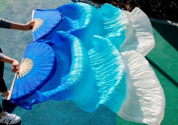 2017 femminile di alta qualità veli di danza cinesi di seta Coppia di ventola danza fan vendita calda a buon mercato Blu + cielo blu + bianco