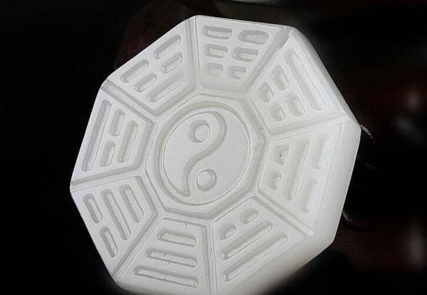 Xinjiang Afghan blanc pendentif en Tai Chi à ouverture de jade