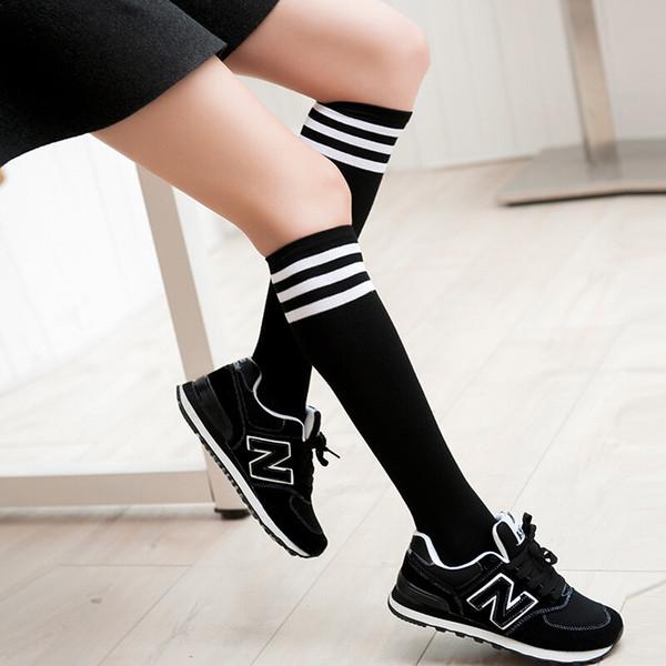 Calcetines de fútbol Calcetines de harajuku Medias femeninas Delgado pero no una correa de rodilla en los calcetines Hermosa mujer apoyada en MOXIAN QN40A10204L