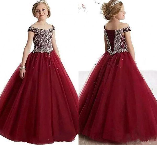 La robe de demoiselle d'honneur de superbes cristaux Bordeaux décolle d'épaule à lacets au dos perlée une robe de demoiselle d'honneur ligne faite sur mesure