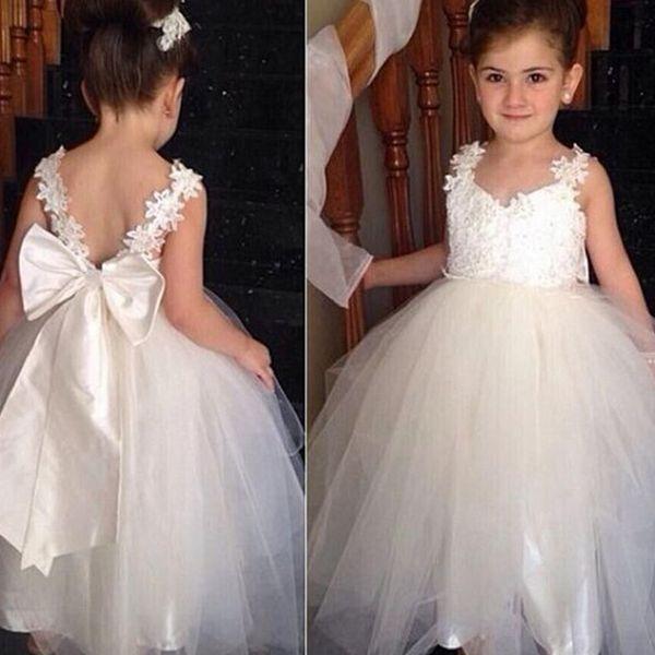 Elegante abito da ballo bianco Flower Girls Abiti scollo a V Maniche corte Applique pizzo posteriore Bow Tulle Abiti da sposa per bambini Vestito da spettacolo per ragazze