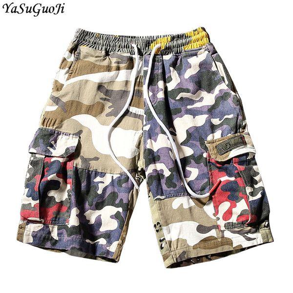 Nuevo 2018 moda de verano dos grandes pantalones cortos de camuflaje empalmado de bolsillo hombres cintura elástica pantalones cortos de carga ocasional hombres ropa para hombre DK34