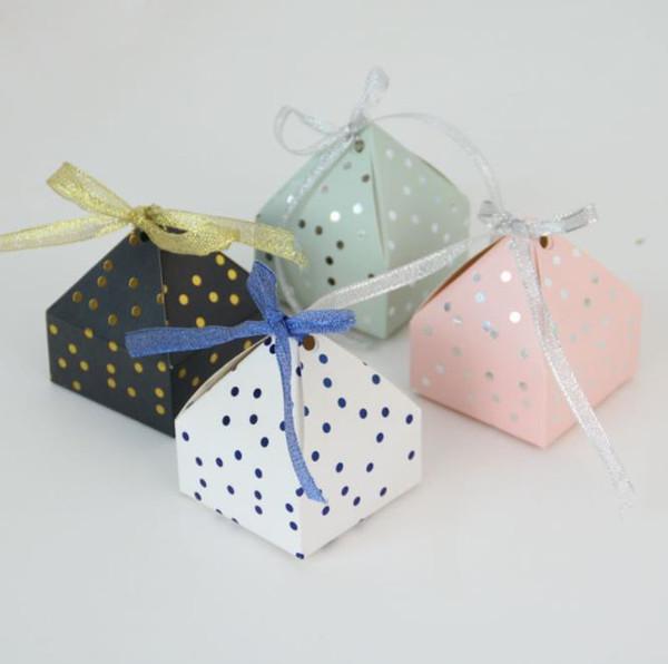 Großhandel 50 Stücke Pyramide Stil Hochzeit Bevorzugungen Liefert Dot Süßigkeitskästen Mit Band Geschenk Box Party Verpackung Schokolade Box Baby
