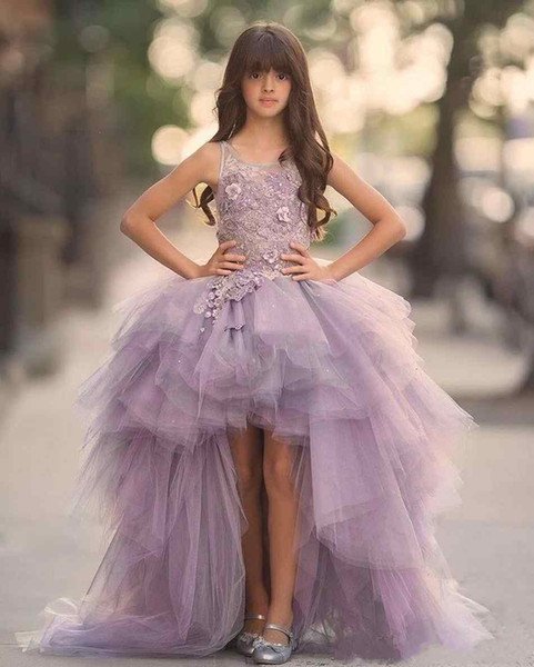 2019 Lavanda Alto Bajo Niñas Vestidos del desfile Vestidos de encaje Sin mangas Vestido de niña de flores para la boda Púrpura Tul Puffy Niños Vestido de comunión