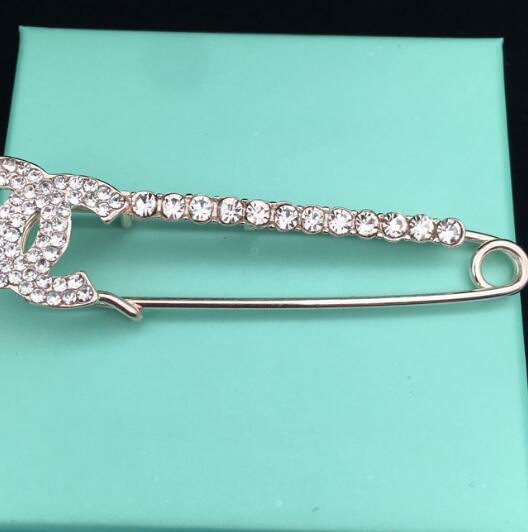 Nouveau célèbre concepteur en alliage strass lettre mot broche collier dame fille costume mariage cadeau bijoux accessoires