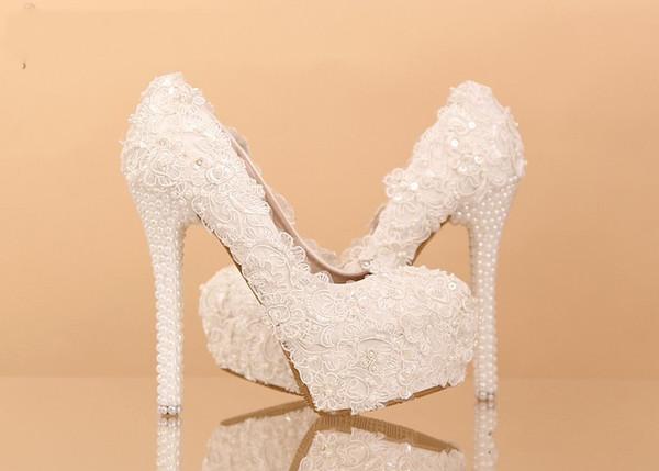 Elegante weiße Spitze Hochzeit Brautschuhe Kätzchen Ferse Brautjungfer Schuhe Elegante Party verschönert Lady Dancing Shoes Nachahmung Perlenferse