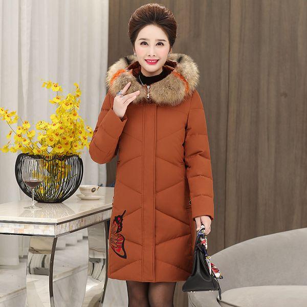 Der Herbst- und Wintermantel der Mutter trägt eine lange Daunenjacke aus Baumwolle von mittlerem Alter