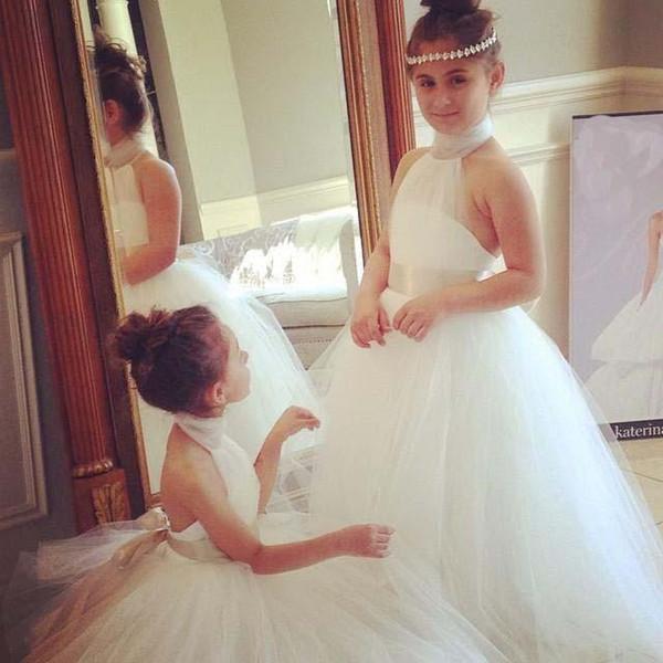 Güzel Çiçek Kız Elbise Düğün Için 2018 Halter Boyun Pleats Aç Geri Tül Beyaz Kanat Bow Küçük Çocuklar Doğum Günü Noel Partisi Abiye