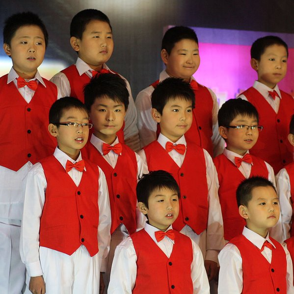 Kinderchoraufführungen rote Anzugswestejungenbühnenaufführungskleidung rote Weste Kinderweste freies Verschiffen