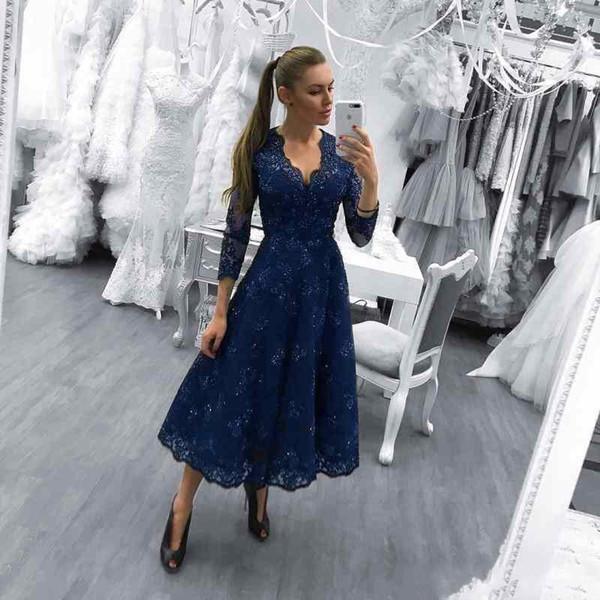 2018 New Hot Mother Of The Bride Dress Scollo a V blu navy 3/4 maniche lunghe in pizzo Appliques che borda Wedding Guest Dress Tea lunghezza abito da sera