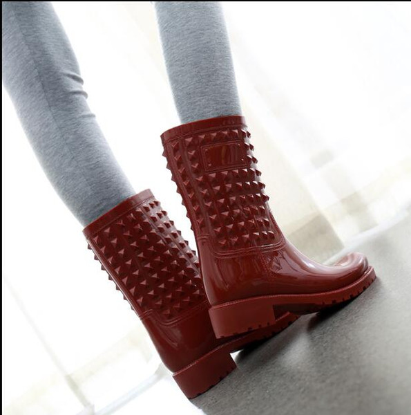 2018 NEW Women Rain shoes spring and autumn Martin rain boots medium tube rivet non - slip high boots 9510