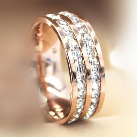 صف مزدوج من حلقات الذهب الوردية