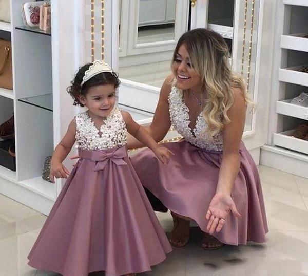 2018 Prenses Ucuz Güzel Şirin Çiçek Kız Elbise Saten Anne ve kızı Bebek Uzun Pretty Çocuklar ilk komünyon Elbise