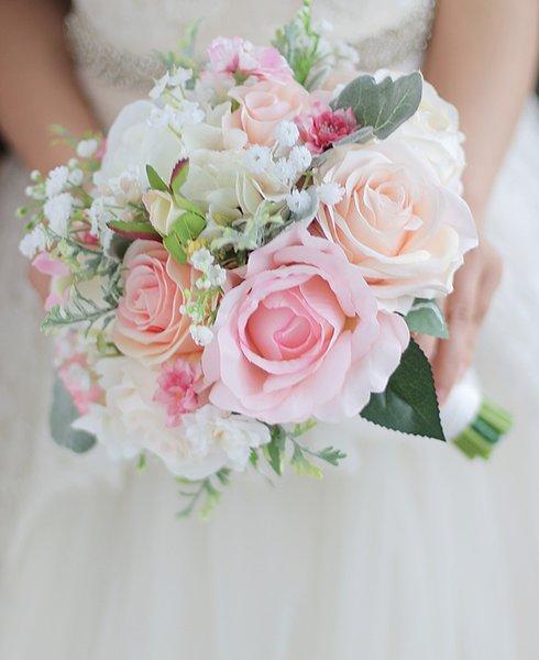 Iffo kundenspezifische Brauthand, die Blumenstraußblumenstraußbrautbrautjungfernhandgelenkblumen-Pfingstrosenblume weiße Rosenblatt DIY Dekoration hält