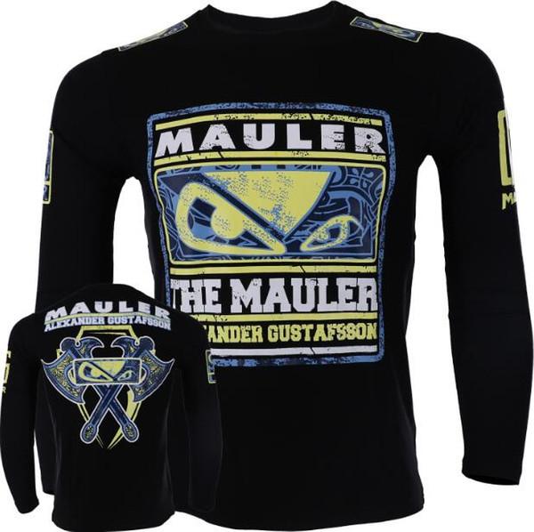 La pelea de MMA en el ring de boxeo sale de la pelea deportiva en la camiseta de manga larga, gimnasio masculino, lucha de estilo de artes marciales