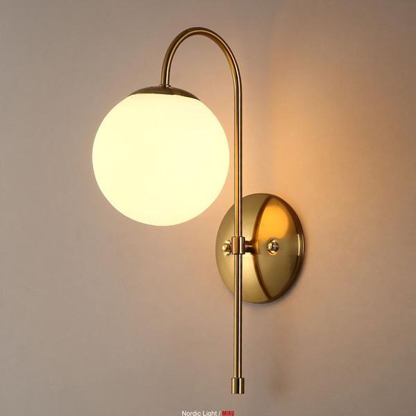 Post Modern Contracted Korridor Wandleuchten Schlafzimmer Golden Torch Körper Wandleuchte Weiß Glass Ball Bedsides Spiegel Wandleuchten