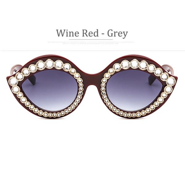 Lente grigia con cornice rossa del vino