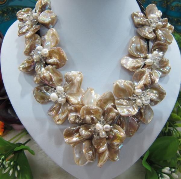 Freies Verschiffen !!! Natürliche Oberteilblumenhalskette des Süßwasserbarockperlenkristalls 7 auf Leder