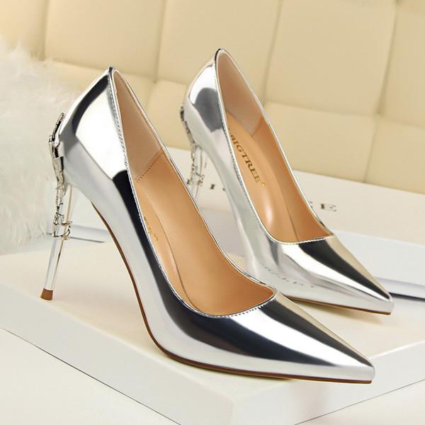 Bombas mujeres sexy tacones altos punta estrecha mujer zapatos de fiesta de moda decoración del metal stiletto plata señoras zapatos nupciales de la boda