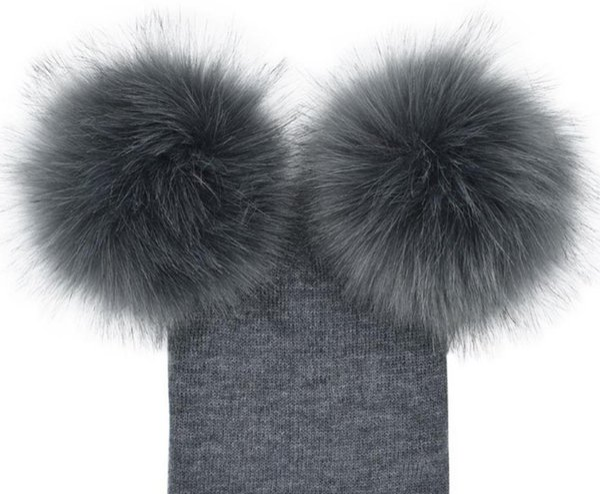 Grauer Hut mit grauen Bällen