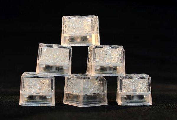 Оптовая светодиодные партия свет квадрат цвет изменение из светодиодов кубики льда светящиеся кубики льда новинка ну вечеринку мигает мигает лампа питания AG3 батареи