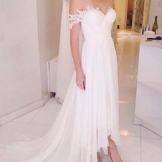 Elegante vestido de novia de gasa en la playa Fuera del hombro Mangas de encaje Frente corto Largo trasero Diseño simple Vestidos de novia Tamaño personalizado