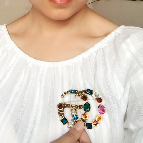 Multicolor Kristall Buchstaben Luxus Brosche Retro Vintage Designer Brosche für Frauen Mädchen Modeschmuck Geschenk Hohe Qualität