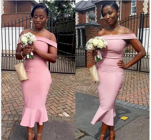Robe de demoiselle d'honneur de sirène de longueur de thé rose sur l'épaule pas cher avec des manches en satin pour les femmes noires