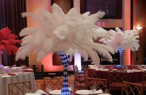 Bunte 12-14 Zoll (30-35 cm) weiße Straußenfederfedern für festliche Dekoration Z134 des Hochzeitsmittelstück-Hochzeitsfestereignisdekors