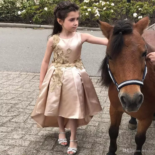 Simple High Low A Line Flower Girls Dresses for Wedding Jewel Neck Appliques Ruffles Communion Gown Satin Asymmetrical Hem Kid Prom Wear