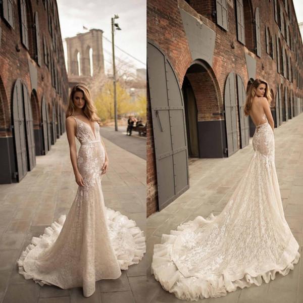 Berta 2018 Lace Chapel Train Backless con scollo a V Sexy abiti da sposa Applique senza maniche arabo Abiti da sposa Garden Church