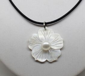 Free Shipping Jewelr 005726 Beautiful Natural White Freshwater Mother Of Pearl Shell Flower Pendant Necklace