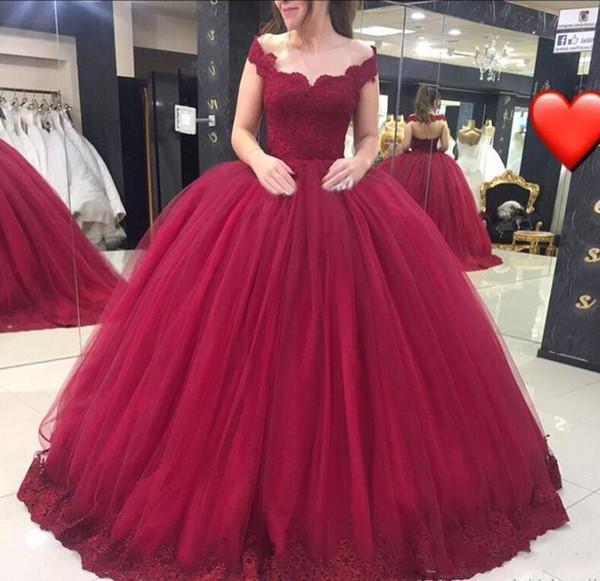 Vestidos Tubinhos 2018 Borgonha Vestido De Baile Vestidos Quinceanera V Neck Lace Flores Doce 16 Vestido De 15 Anos Fora Do Ombro Festa Pageant Prom