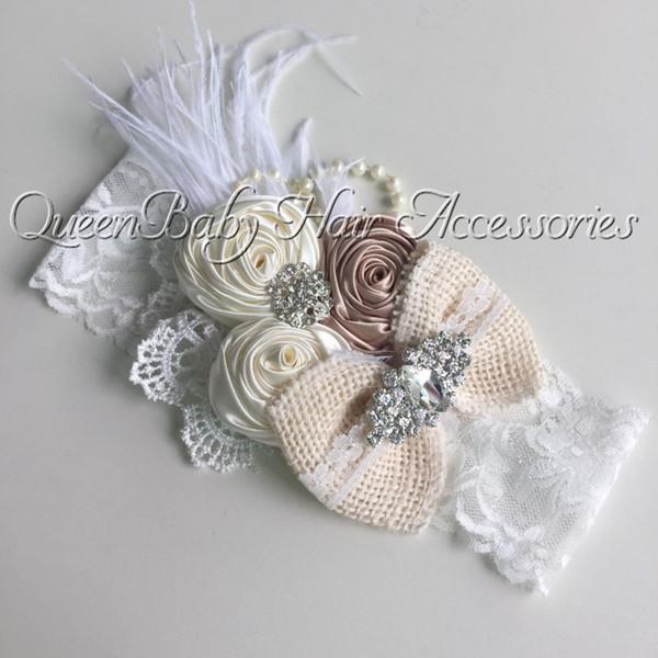 Al por menor de flores de raso Triple Rosees pluma venda del bebé del cordón de la arpillera de la vendimia Hairband Kidocheese