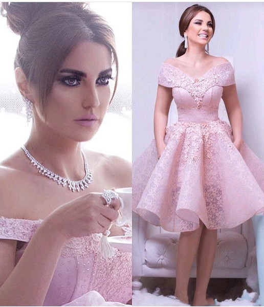cinderelladress / Moda Árabe Curto Rosa Vestidos de Cocktail Elegante Rendas Appliqued Off Shoulders vestido de Baile Ruffles Homecoming Prom Dress Custom Made BA9285